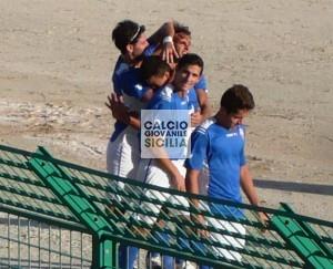 Alessandro Agate festeggiato dai compagni dopo il gol web